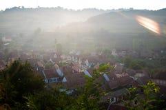 Pueblo sajón hermoso de Transylvanian en luz del sol de la mañana Fotos de archivo libres de regalías