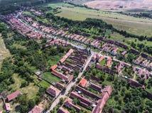 Pueblo sajón tradicional Viscri, Transilvania, Rumania, aérea Imagenes de archivo