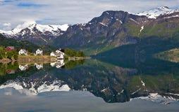 Pueblo septentrional por el lago Foto de archivo