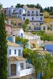 Pueblo spagnolo variopinto sul pendio di collina immagini stock