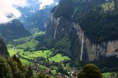 Pueblo suizo de las montañas Fotos de archivo libres de regalías
