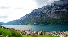 Pueblo suizo del país Imagen de archivo