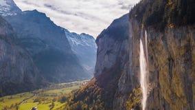 Pueblo suizo Lauterbrunnen Suiza 4k aéreo de la cascada de la montaña almacen de metraje de vídeo