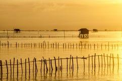 Pueblo tailandés del pescador del tiempo de la salida del sol en Bangtaboon Petchaburi, Th Foto de archivo