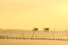Pueblo tailandés del pescador del tiempo de la salida del sol en Bangtaboon Petchaburi, Th imagen de archivo libre de regalías