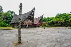 Pueblo tradicional de Batak con el tótem y la tierra de la danza Fotos de archivo libres de regalías