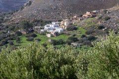 Pueblo tradicional en montaña crete foto de archivo