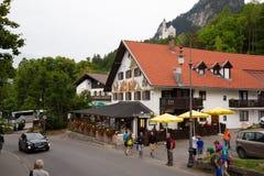 Pueblo turístico delante del castillo de Neuschwanstein foto de archivo libre de regalías