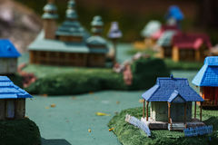 Pueblo ucraniano con casas y una iglesia en miniatura foto de archivo