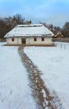 Pueblo ucraniano tradicional en invierno Casa vieja en el museo etnográfico de Pirogovo, Fotos de archivo libres de regalías