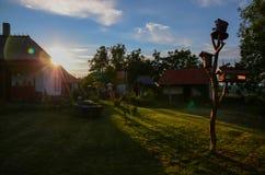 Pueblo ucraniano tradicional en medio de la puesta del sol caliente del verano imagen de archivo