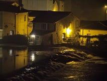 Pueblo viejo cerca del río en la noche Foto de archivo libre de regalías