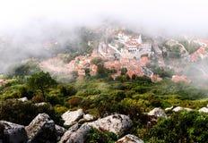 Pueblo viejo en una niebla de Sintra Fotos de archivo libres de regalías