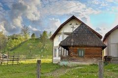 Pueblo viejo y nuevo Rumania de Botiza Fotografía de archivo