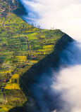 Pueblo y acantilado en el volcán de Bromo en Tengger Semeru, Java, Indo Foto de archivo