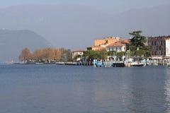 Pueblo y embarcadero en el lago Iseo Fotografía de archivo libre de regalías