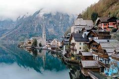 Pueblo y lago de Hallstatt Imágenes de archivo libres de regalías