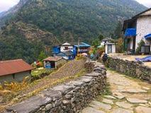 Pueblo y montaña del Nepali fotos de archivo