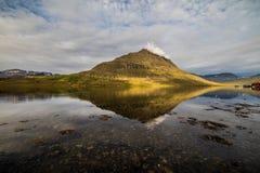 Pueblo y montaña del paisaje de Islandia fotografía de archivo libre de regalías