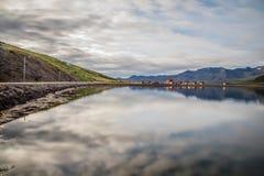 Pueblo y montaña del paisaje de Islandia imagen de archivo