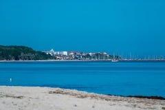 Pueblo y puerto de Kuehlungsborn vistos a través del océano imágenes de archivo libres de regalías