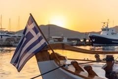 Pueblo y puerto en la puesta del sol - Mar Egeo de Naoussa - Paros Cyclad imágenes de archivo libres de regalías