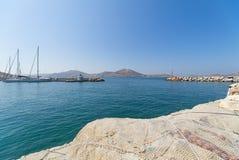 Pueblo y puerto - Mar Egeo de Naoussa - isla de Paros Cícladas - Grecia foto de archivo