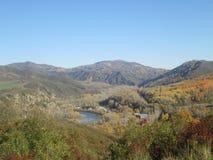 Pueblo y río en el valle fotografía de archivo