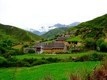 Pueblo y templo de Budhist en China Tíbet Foto de archivo