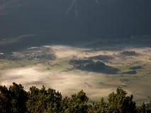 Pueblos austríacos alpinos vistos de una altitud más alta imagen de archivo libre de regalías