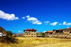 Pueblos bajo el cielo azul y las nubes blancas Fotos de archivo
