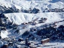 Pueblos en la nieve según lo visto de un top de la montaña Imagen de archivo libre de regalías
