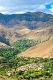Pueblos marroquíes viejos en las montañas del atlas imágenes de archivo libres de regalías