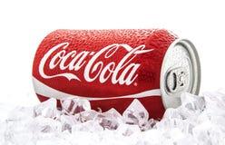 Pueda de Coca-Cola en una cama del hielo sobre un fondo blanco Fotos de archivo libres de regalías