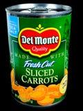 Pueda de Del Monte Fresh Cut Sliced Carrots en un contexto negro Imagen de archivo