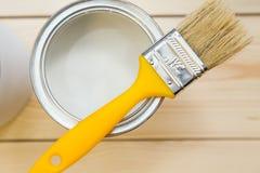 Pueda de la pintura de hogar y de una brocha Imágenes de archivo libres de regalías