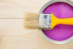 Pueda de la pintura y de la brocha de hogar Foto de archivo libre de regalías