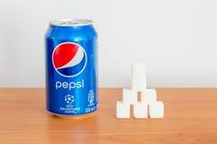 Pueda de los cubos de la bebida y del azúcar de 330ml Pepsi Fotos de archivo libres de regalías