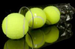 Pueda de tres nuevas pelotas de tenis Fotografía de archivo libre de regalías