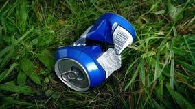 Pueda lanzado en la hierba - concepto de la litera almacen de video