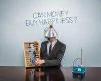 Puede el texto de la compra del dinero en la pizarra con el hombre de negocios Imagen de archivo