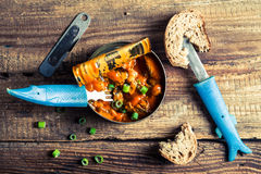 Pueden los pescados en la salsa de tomate servida con pan Fotografía de archivo