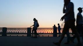26 pueden 2016, Rusia, Samara - terraplén de la ciudad La gente camina, monta, bike a lo largo del río Siluetas oscuras en la pue almacen de video