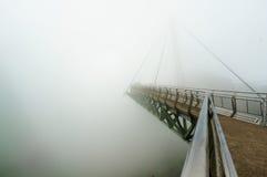 Puente aéreo de Langkawi que desaparece en la niebla Imagenes de archivo