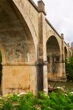 Puente abandonado sobre el río del Tiron en Haro Fotografía de archivo