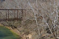 Puente abandonado viejo del hierro sobre el río de la bifurcación de la langosta en alab del guerrero Foto de archivo libre de regalías