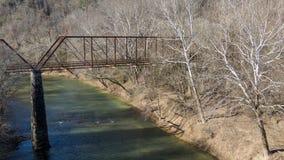 Puente abandonado viejo del hierro sobre el río de la bifurcación de la langosta en alab del guerrero Fotografía de archivo libre de regalías
