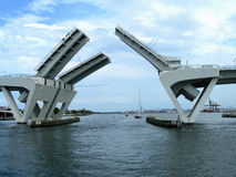 Puente abierto en el puerto Imágenes de archivo libres de regalías