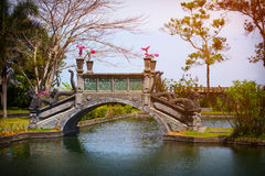Puente adornado con Dragon Motif en Tirta Gangga en Indonesia Foto de archivo