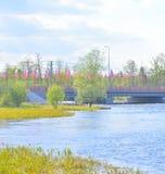 Puente adornado con las banderas en Priozersk Imagen de archivo libre de regalías